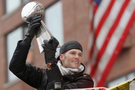 スーパーボウル優勝パレードでトロフィーを掲げるペイトリオッツのQBブレイディ=ボストン(USA TODAY・ロイター=共同)