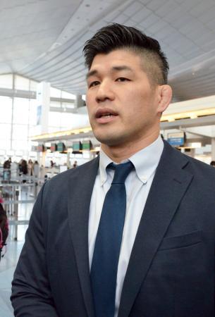 柔道のグランドスラム・パリ大会に向けて出発する井上康生監督=8日、羽田空港
