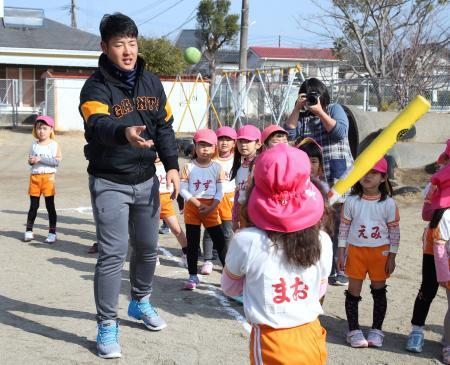 宮崎市内の幼稚園を訪れ、園児と触れ合う巨人・岡本=8日