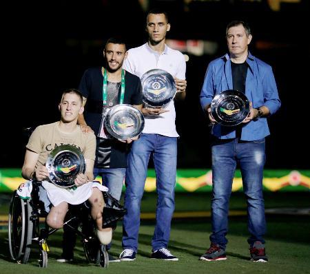 1月の親善試合で紹介されたシャペコエンセのGKフォルマン(左端)=リオデジャネイロ(ロイター=共同)
