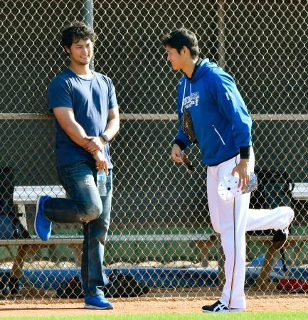 日本ハムのキャンプを訪問し、大谷(右)と談笑するレンジャーズのダルビッシュ=ピオリア(共同)