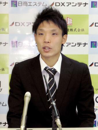 WBAスーパーバンタム級タイトルマッチが決まり、記者会見する挑戦者の久保隼=10日、神戸市
