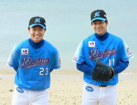 「青ユニホーム」を披露するロッテの酒居(左)と佐々木=石垣島