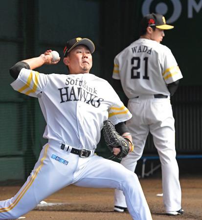 ブルペンで投球練習するソフトバンク・松坂(左)と和田=宮崎
