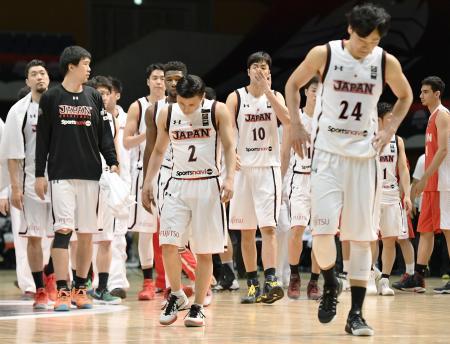 イランに競り負け、肩を落とす日本の選手たち=北海きたえーる