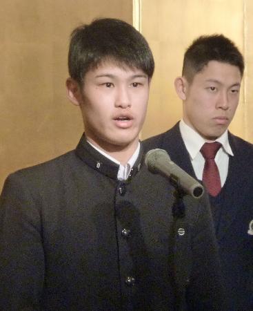 日本ボクシング連盟から2016年度最優秀選手に選ばれ、あいさつする堤駿斗=12日午後、大阪市