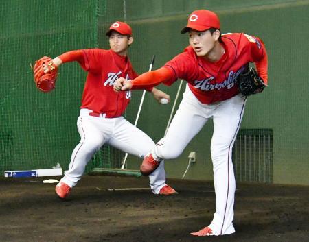 1軍のブルペンで投球する広島・高橋昂(左)と長井=日南