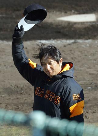 宮崎でのキャンプを打ち上げ、ファンの声援に応える巨人・高橋監督=宮崎