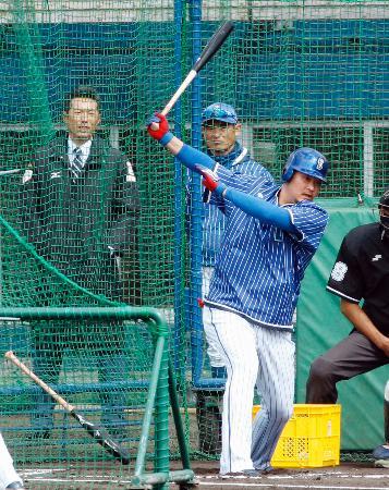 フリー打撃するDeNA・筒香。左奥は日本代表の小久保監督=宜野湾