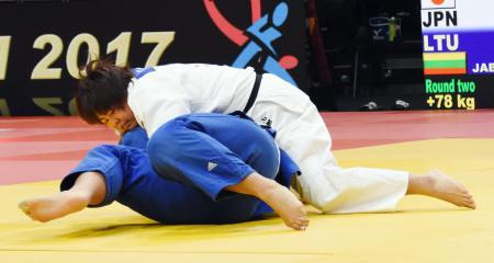 女子78キロ超級2回戦で一本勝ちした山部佳苗(上)=パリ(共同)