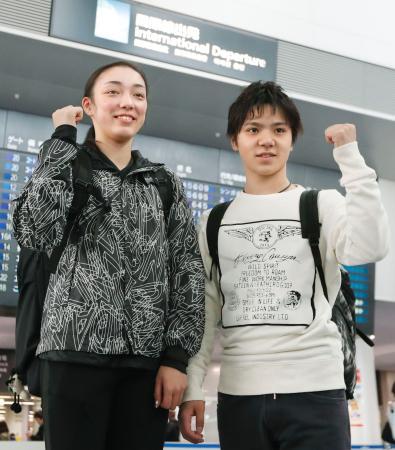 フィギュアスケートの四大陸選手権への出発前に、ポーズをとる宇野昌磨(右)と本郷理華=13日午前、中部空港