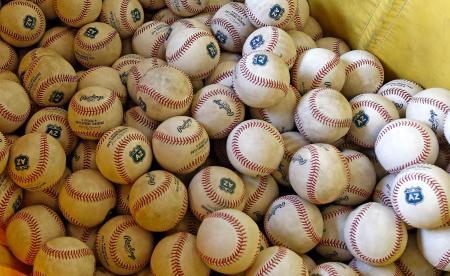 キャンプ開始に向け、準備されたボール=12日、米アリゾナ州グッドイヤー(AP=共同)