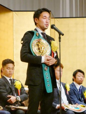 ボクシングの2016年男子最優秀選手に選ばれ、喜びを語るWBCバンタム級王者の山中慎介=10日、東京都文京区