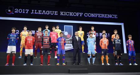 Jリーグのキックオフカンファレンスでフォトセッションに臨むJ1チームの選手ら=13日午後、東京都千代田区