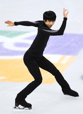 フィギュアスケートの四大陸選手権を前に、調整する羽生結弦=江陵(共同)
