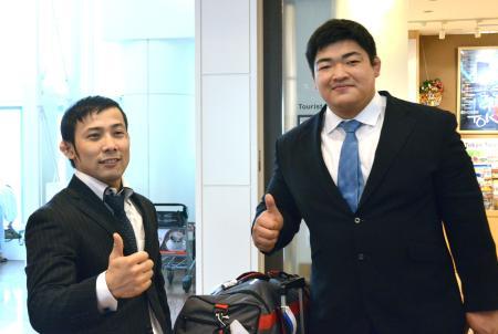 柔道のGSパリ大会から帰国した高藤直寿(左)と王子谷剛志=14日、羽田空港