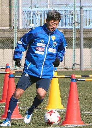 練習する横浜FCの三浦知良=横浜市