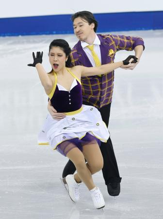 アイスダンスSDで演技する村元(左)、リード組=江陵(共同)