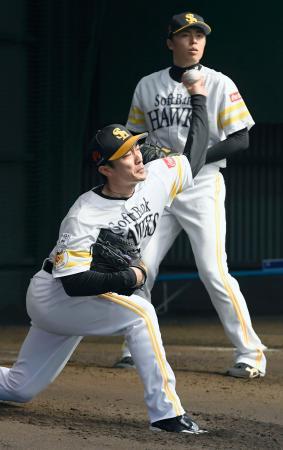 ブルペンで投球練習するソフトバンク・和田。奥は田中=宮崎