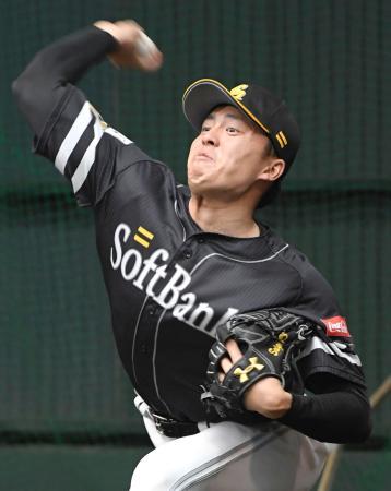 ブルペンで投球練習するソフトバンク・田中=宮崎