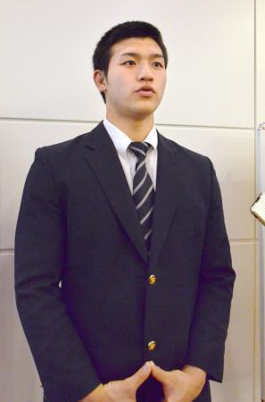 柔道のグランドスラム・パリ大会から帰国し、記者の質問に答える男子100キロ級の飯田健太郎=17日午後、羽田空港