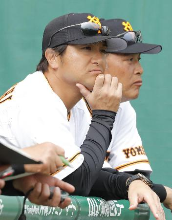 韓国プロ野球のサムスンとの練習試合で、さえない表情を見せる巨人・高橋監督(左)=那覇