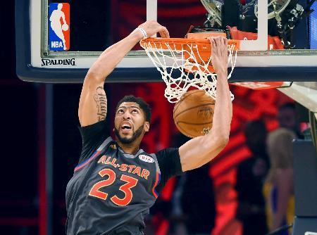 NBAのオールスター戦でダンクを決めるデービス=ニューオーリンズ(USA TODAY・ロイター=共同)