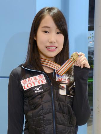 フィギュアスケートの四大陸選手権から帰国し、金メダルを掲げる三原舞依=20日、関西空港