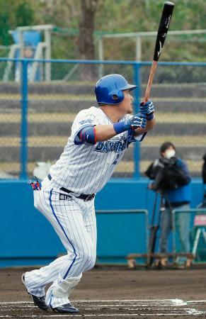 韓国プロ野球KIAとの練習試合の1回、中越えに適時二塁打を放つDeNA・筒香=宜野湾