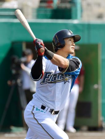 楽天との練習試合で、先頭打者本塁打を放つ日本ハム・西川=名護
