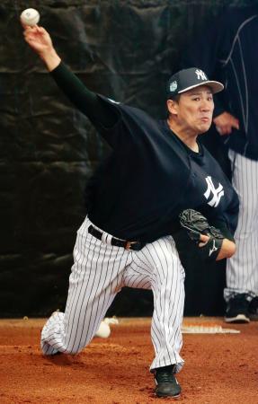 ブルペンで投球練習を行うヤンキースの田中=タンパ(共同)