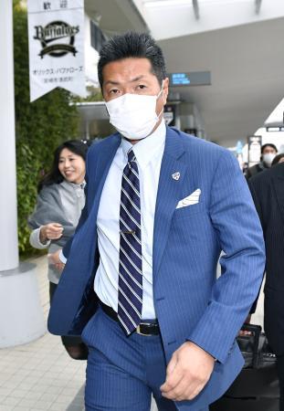 強化合宿に向け宮崎空港に到着した日本代表の小久保監督=22日