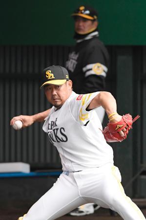 工藤監督(奥)が見守る中、ブルペンで投球練習するソフトバンク・松坂=宮崎