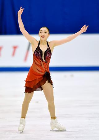 女子SPの演技を終え、歓声に応える本郷理華=真駒内セキスイハイムアイスアリーナ