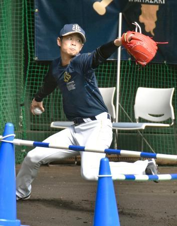 休日を返上し、ブルペンで投球練習するオリックス・山岡=宮崎