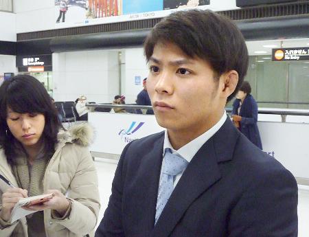 帰国し、取材に応じる柔道男子の阿部一二三=24日、成田空港