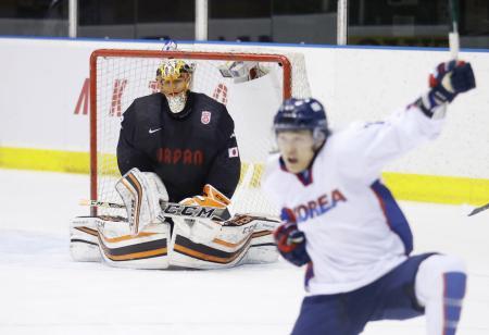 日本―韓国 第3ピリオド、韓国選手(右)に得点を許し肩を落とすGK福藤=月寒体育館