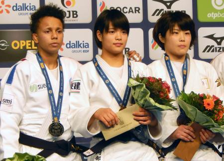 女子52キロ級で初優勝し、記念写真に納まる阿部詩(中央)=デュッセルドルフ(共同)
