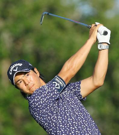第2ラウンド、5番でティーショットを放つ石川遼。55位で予選を通過した=PGAナショナル(共同)
