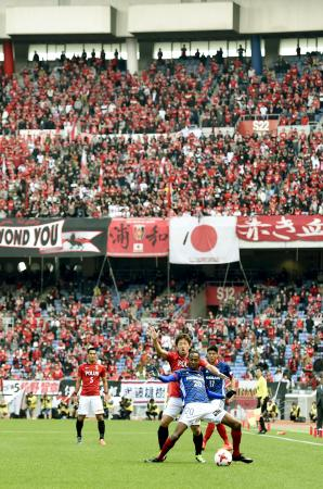サッカーJリーグが開幕し、大勢のサポーターで盛り上がるJ1の横浜M―浦和戦=25日、横浜市の日産スタジアム