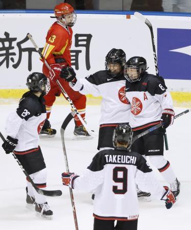 日本―中国 第1ピリオド、ゴールを決め祝福される浮田(右から2人目)=月寒体育館