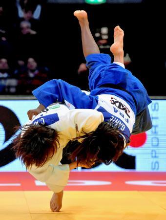 女子70キロ級決勝でフランス選手に勝利した新井千鶴(左)。グランドスラム・パリ大会に続いて優勝した=デュッセルドルフ(ゲッティ=共同)