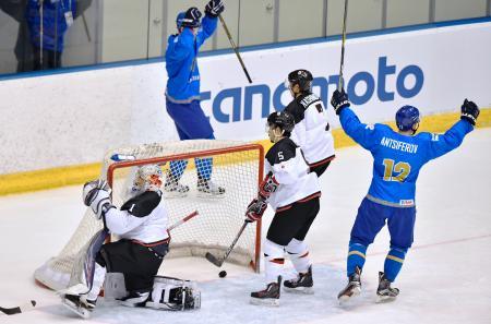 日本―カザフスタン 第2ピリオド、追加点を許したGK小野田(左端)ら日本=月寒体育館