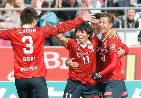 名古屋―岡山 前半、先制ゴールを決め、喜ぶ永井(右端)ら名古屋イレブン=パロマ瑞穂