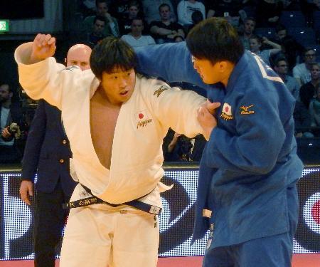 男子100キロ超級決勝 原沢久喜(右)と対戦する影浦心。優勢勝ちで影浦が優勝=デュッセルドルフ(共同)
