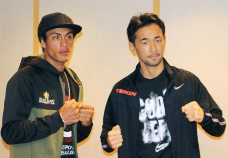 予備検診を終え、挑戦者のカールソン(左)とともにポーズをとる山中慎介=27日午後、東京都内