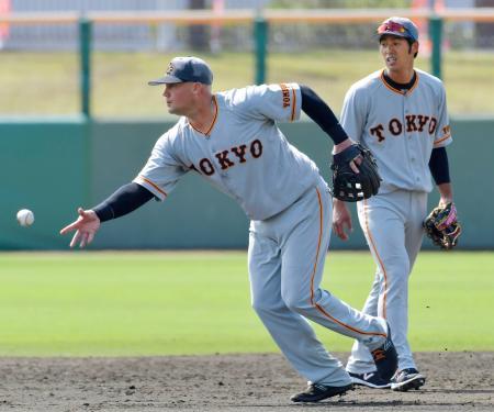二塁の守備練習をする巨人・マギー。右は立岡=沖縄セルラー