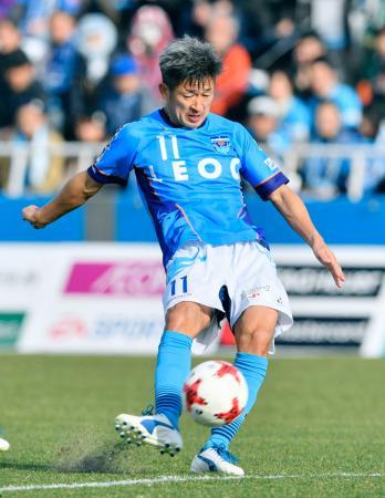 横浜FC―松本 後半、シュートを放つ横浜FC・三浦=ニッパツ球技場