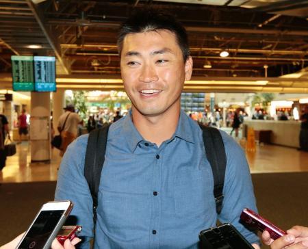 帰国を前に、空港で取材に応じるアストロズの青木宣親外野手=オーランド(共同)
