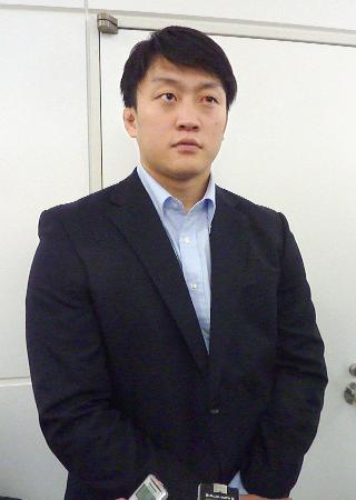 ドイツから帰国し、取材に応じる柔道男子の原沢久喜=28日、成田空港